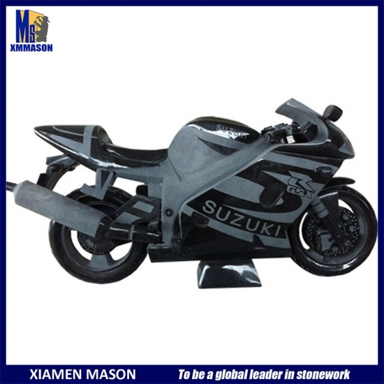 Sculpture de moto sculptée à la main
